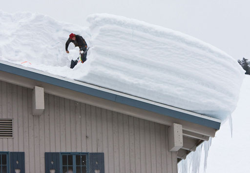 Уборка снега с крыш зданий