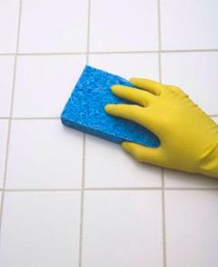 Чистка плитки в ванной комнате и на кухне