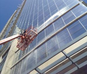 Мытье фасадов зданий, витрин магазинов и офисов